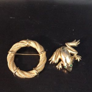 2 gold tones brooches frog and wreath